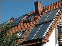 Energie und Wasser sparen durch eine Solaranlage.